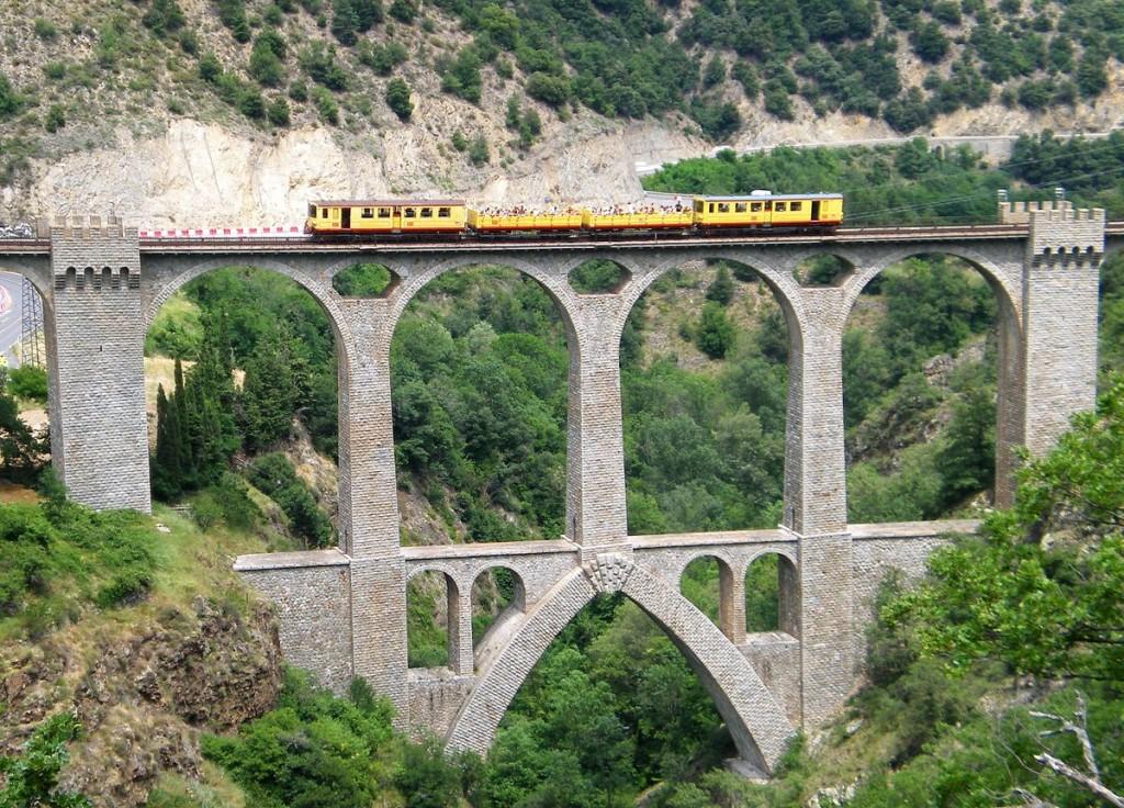 1200px-Viaduc_sejourne_,_train_jaune,_fontpedrouse