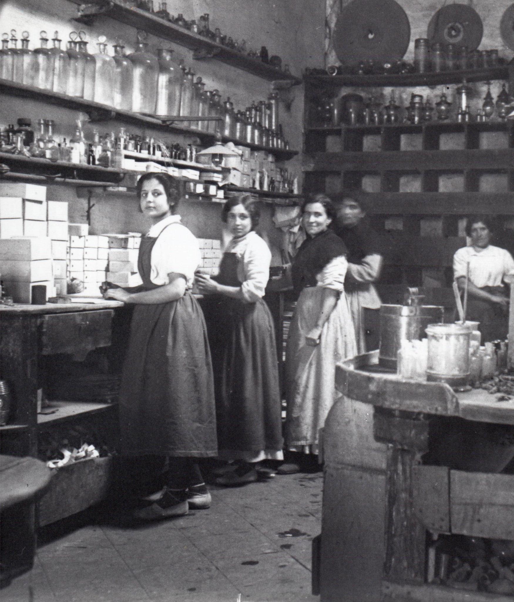 Noies treballant en una fàbrica de Cornellà de Llobregat