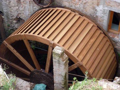 rèplica de la roda del molí de Sant Oleguer