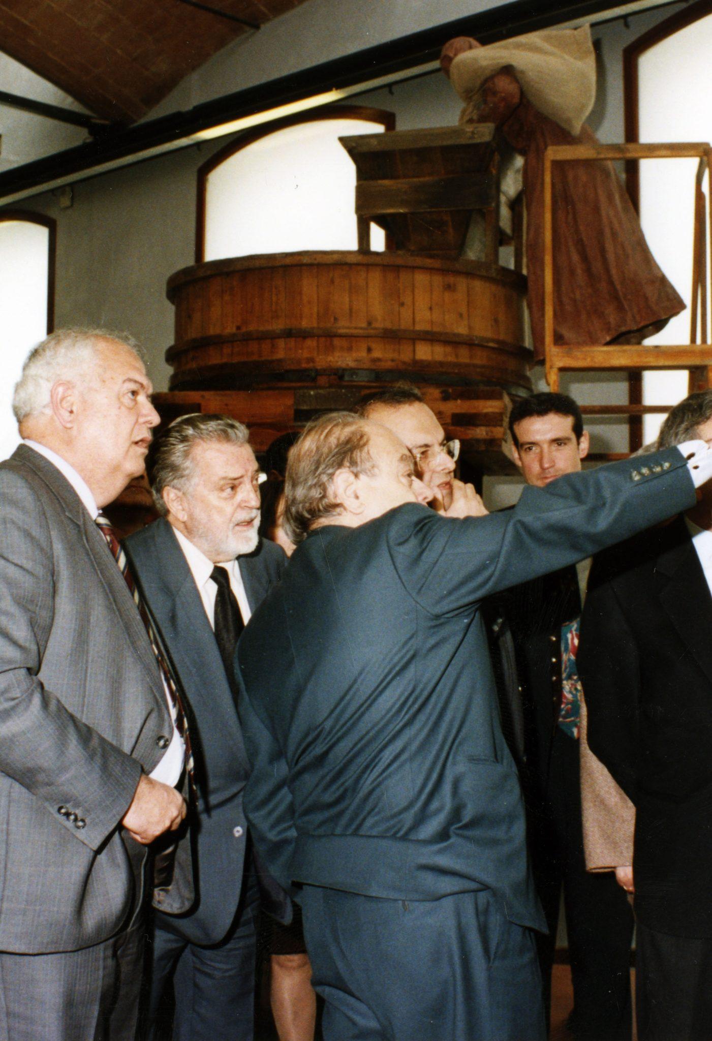 """Felicià Fuster, el 1996, amb Jordi Pujol, Antoni Subirà i Eusebi Casanelles durant la inauguració al mNACTEC de l'exposició """"Energeia""""."""
