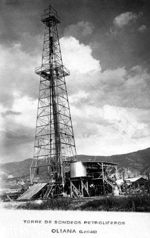 """La torre de sondejos petrolífers d'Oliana, amb la base del """"derrick"""" en primer terme (any 1953)"""
